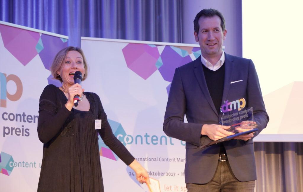 Erhält den DCMP 2017 für Sprechstunde 2.0 des Klinikums Dortmund: Marc Raschke; hier mit Moderatorin Gabriele Crepaz